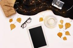 Accesorios del otoño para la mujer con las hojas y el café del amarillo con la leche, visión superior Fotos de archivo libres de regalías