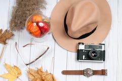 Accesorios del otoño para las mujeres con las hojas de la caída Foto de archivo libre de regalías