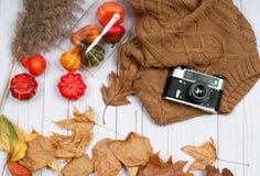 Accesorios del otoño para las mujeres con las hojas de la caída Fotos de archivo
