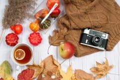 Accesorios del otoño para las mujeres con las hojas de la caída Imágenes de archivo libres de regalías