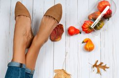 Accesorios del otoño, pies femeninos y zapatos de la moda Imágenes de archivo libres de regalías