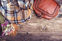 Accesorios del otoño del ` s de las mujeres en el fondo de madera, visión superior, copyspace Foto de archivo libre de regalías