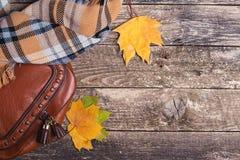 Accesorios del otoño del ` s de las mujeres en el fondo de madera, visión superior, copyspace Foto de archivo