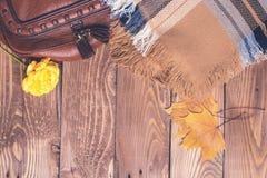 Accesorios del otoño del ` s de las mujeres en el fondo de madera, visión superior, copyspace Fotos de archivo libres de regalías
