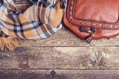 Accesorios del otoño del ` s de las mujeres en el fondo de madera, visión superior, copyspace Imágenes de archivo libres de regalías
