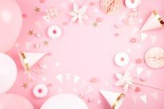 Accesorios del partido de las muchachas sobre el fondo rosado Invitación, BI fotografía de archivo libre de regalías