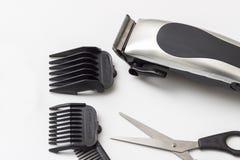 Accesorios del peluquero en la tabla blanca Foto de archivo libre de regalías