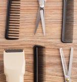 Accesorios del peluquero en la tabla de madera Imagen de archivo libre de regalías