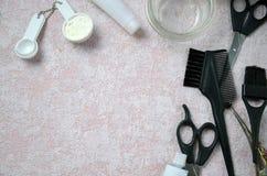 Accesorios del peluquero para el pelo que colorea Imagenes de archivo