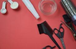 Accesorios del peluquero para el pelo que colorea Fotos de archivo libres de regalías