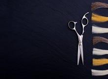 Accesorios del peluquero para el pelo que colorea Foto de archivo