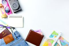 Accesorios del planeamiento del viaje, aeroplano, cartera, vidrios de sol, dinero Imagen de archivo