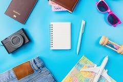 Accesorios del planeamiento del viaje, aeroplano, cartera, vidrios de sol, dinero Fotografía de archivo