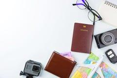 Accesorios del planeamiento del viaje, aeroplano, cartera, vidrios de sol, dinero Imagen de archivo libre de regalías