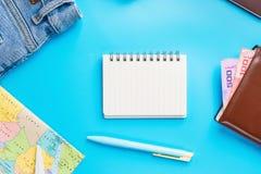 Accesorios del planeamiento del viaje, aeroplano, cartera, vidrios de sol, dinero Fotografía de archivo libre de regalías