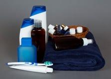 Accesorios del retrete, toalla, cepillo de dientes, crema dental Foto de archivo libre de regalías