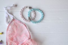 Accesorios del ` s de la mujer en el escritorio de madera Ropa interior, brazaletes, flores y esmalte de uñas hermosos del cordón Fotos de archivo libres de regalías