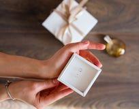 Accesorios del ` s de la mujer en un fondo de madera Imágenes de archivo libres de regalías