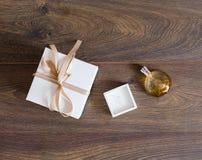 Accesorios del ` s de la mujer en un fondo de madera Foto de archivo libre de regalías