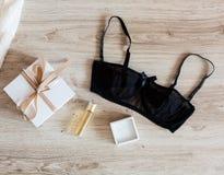 Accesorios del ` s de la mujer en un fondo de madera Imagen de archivo libre de regalías