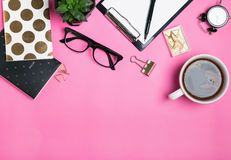 Accesorios del ` s de la mujer y efectos de escritorio lindos en fondo rosado Fotografía de archivo