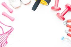 Accesorios del ` s de la mujer y equipos deportivos de la aptitud en el backg blanco Foto de archivo libre de regalías