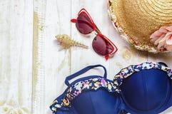 Accesorios del ` s de las mujeres de la visión superior para la playa que miente en el wo blanco Imagen de archivo libre de regalías