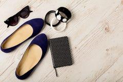 Accesorios del ` s de las mujeres - pulseras, bllerinas de los zapatos y sunglasse Fotos de archivo libres de regalías