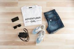Accesorios del ` s de las mujeres, ropa casual del verano en un fondo de madera Artículos de las vacaciones y del viaje lat plano Imagen de archivo