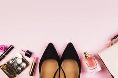 Accesorios del ` s de las mujeres - zapatos, bolso, cosméticos, perfume en el CCB rosado Foto de archivo