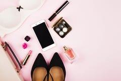 Accesorios del ` s de las mujeres - zapatos, bolso, cosméticos, perfume, teléfono en p Imágenes de archivo libres de regalías