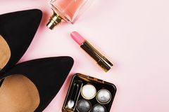 Accesorios del ` s de las mujeres - zapatos, cosméticos, perfume en backgrou rosado Foto de archivo libre de regalías