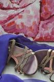 Accesorios del ` s de las mujeres Zapatos femeninos hermosos y bufanda púrpura en un fondo de madera Mirada de la manera Imágenes de archivo libres de regalías
