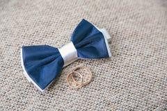 Accesorios del ` s de los hombres - corbata de lazo, anillos de bodas Imágenes de archivo libres de regalías