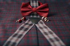Accesorios del ` s de los hombres - corbata de lazo, anillos de bodas, mancuernas en fondo de la materia textil Imagenes de archivo