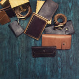Accesorios del ` s de los hombres en un azul de madera Imágenes de archivo libres de regalías