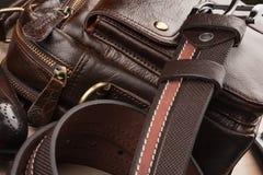 Accesorios del ` s de los hombres del primer, correa marrón, cartera de cuero y zapatos en la tabla de madera Foto de archivo