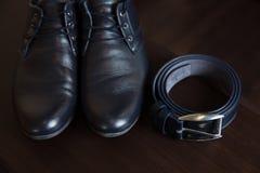 Accesorios del ` s de los hombres, zapatos, correa en la tabla Foto de archivo