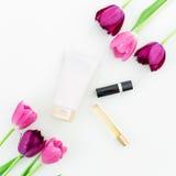 Accesorios del ` s de los tulipanes, de las rosas y de las mujeres en el fondo blanco Endecha plana, visión superior Fotografía de archivo