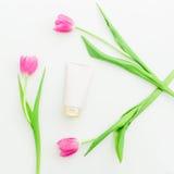 Accesorios del ` s de los tulipanes, de las rosas y de las mujeres en el fondo blanco Endecha plana, visión superior Fotos de archivo libres de regalías