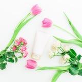 Accesorios del ` s de los tulipanes, de las rosas y de las mujeres en el fondo blanco Endecha plana, visión superior Fotos de archivo