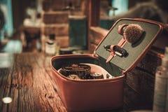 Accesorios del ` s del caballero en un tablero de madera de lujo Imagen de archivo libre de regalías