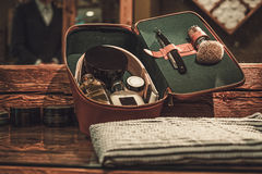 Accesorios del ` s del caballero en un tablero de madera de lujo Imágenes de archivo libres de regalías