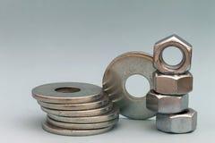 Accesorios del ` s del carpintero Pilas de ISO de las lavadoras y de las nueces del tornillo de metal Fotografía de archivo