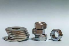 Accesorios del ` s del carpintero Pilas de ISO de las lavadoras y de las nueces del tornillo de metal Imagen de archivo