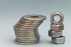 Accesorios del ` s del carpintero Pilas de ISO de las lavadoras y de las nueces del tornillo de metal Fotos de archivo