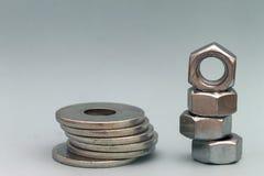 Accesorios del ` s del carpintero Pilas de ISO de las lavadoras y de las nueces del tornillo de metal Imágenes de archivo libres de regalías