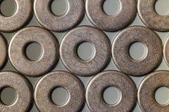 Accesorios del ` s del carpintero Pilas de lavadoras del tornillo de metal encendido Imagenes de archivo