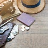 Accesorios del ` s del viajero, artículos esenciales de las vacaciones del hombre joven Foto de archivo libre de regalías