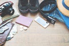 Accesorios del ` s del viajero, artículos esenciales de las vacaciones del hombre joven con el pasaporte Fotografía de archivo libre de regalías